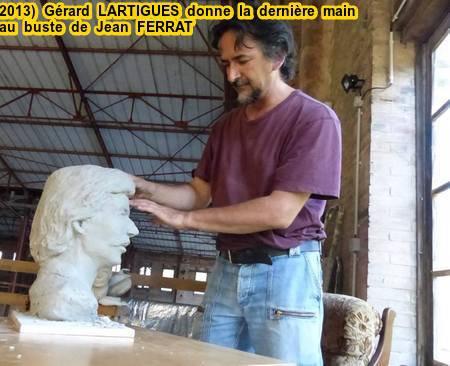 """2013)   Gérard LARTIGUES donne la dernière main pour le buste de Jean FERRAT qui sera dans son musée  """" MAISON JEAN FERRAT """" à Antraigues-sur-Volane (07530)"""