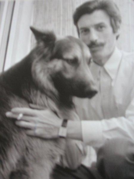 1969) Jean FERRAT et son chien Ouralou