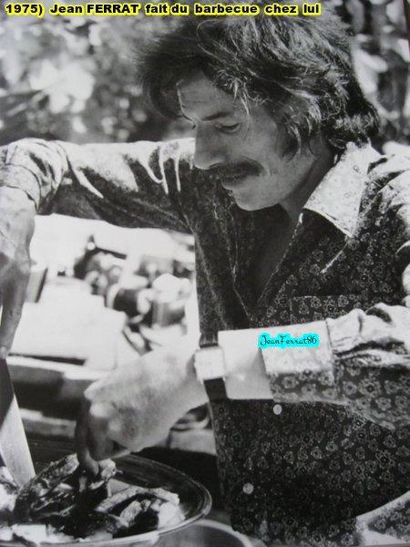 1975) Jean FERRAT fait du barbecue chez lui