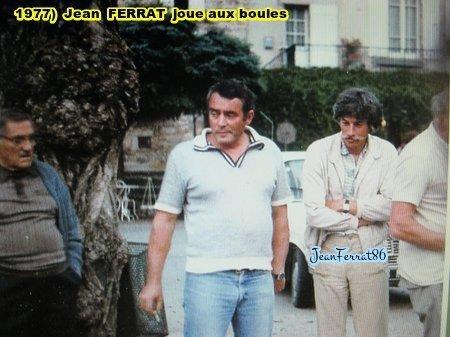 1977) Jean FERRAT fait une partie de boules sur la place d'ANTRAIGUES