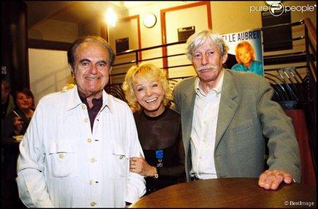 1995) Jean FERRAT et Guy BEART venus féliciter Isabelle AUBRET après son spectacle à l'Olympia