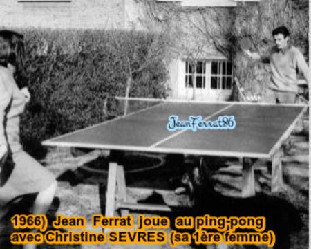 1966)  Jean FERRAT joue au ping-pong avec Christine SEVRES (sa première femme)