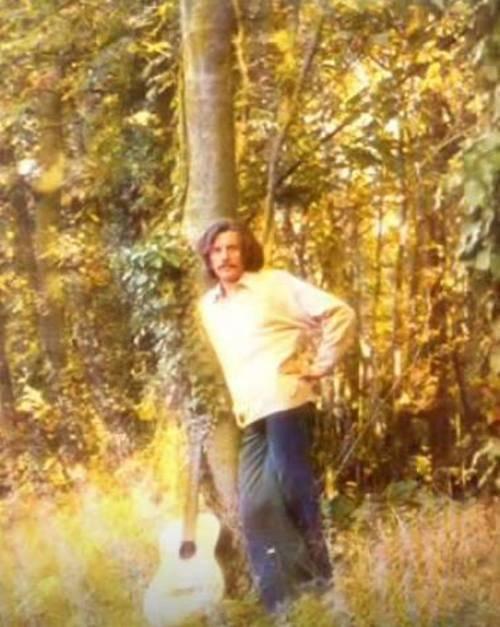 1975)  Jean FERRAT dans les bois au dessus de son village d'Antraigues-sur-Volane