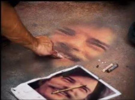 1975)   Portrait de Jean FERRAT à la craie par un artiste peintre dans la rue