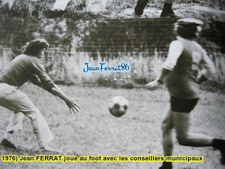 1976) Jean FERRAT se détend en jouant au foot avec les conseillers municipaux de son village