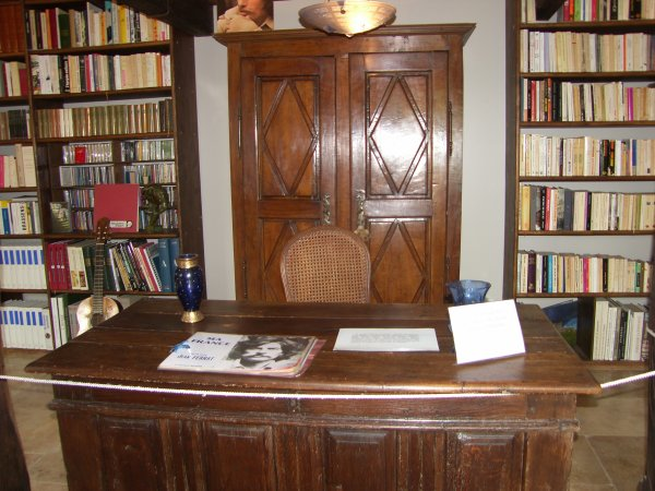 2015)  Maison Jean FERRAT : Bibliothèque + Bureau + Piano de Jean FERRAT