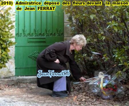 2010)  Une admiratrice dépose des fleurs devant la propriété de Jean FERRAT