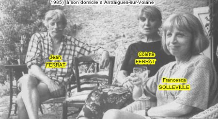 1985) Jean FERRAT et sa femme Colette avec Francesca SOLLEVILLE chez eux à Antraigues-sur-Volane