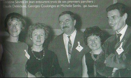 1961)  Christine SEVRES et Jean FERRAT entourent trois de ses premiers paroliers