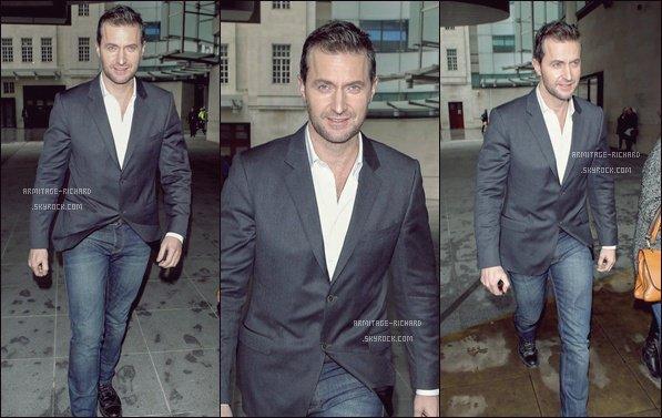 • 7 Mars 2013:  Richard a été aperçu à la sortie des studios de la BBC Radio 1 après une interview. Côté Look, Sir Armitage est très élégant. Un TOP !.