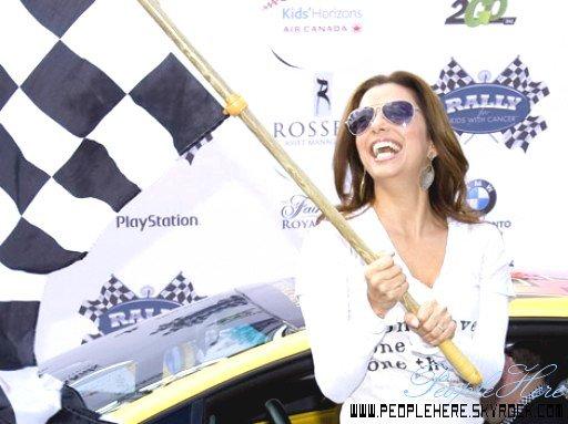 PeopleHere   Quand les stars américianes continuent la lutte contre le cancer ça donne ça ! & Oui Eva qui a déjà reçu  une médaille pour actions caritatives continuent & pour le bien des enfants cancereux. Elle a donc organisé une course de voitures pour récolter des fonts. Toujours aussi sexy cette Desparate !