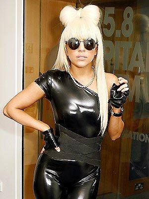 Lady Gaga quelques unes de ses tenues en 2008