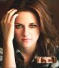 Voilà une photo de Kristen, provenant d'un nouveau shoot pour LA Times.  J'aime vraiment beaucoup cette photo, K. est superbe. (ses yeux quoi..)