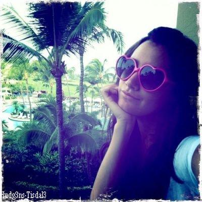 PHOTOS PERSONELLES Nouvelle photo de profil du twitter d'Ashley.Votre avis?