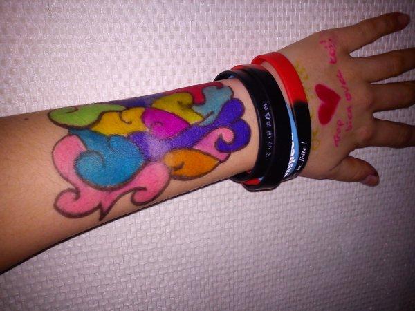 Le plus beau tatoo au marqueur que tu ma fais j'en garde un souvenirs de nos délires passé à l'école jamais je ne les oublierais <3 <3 <3