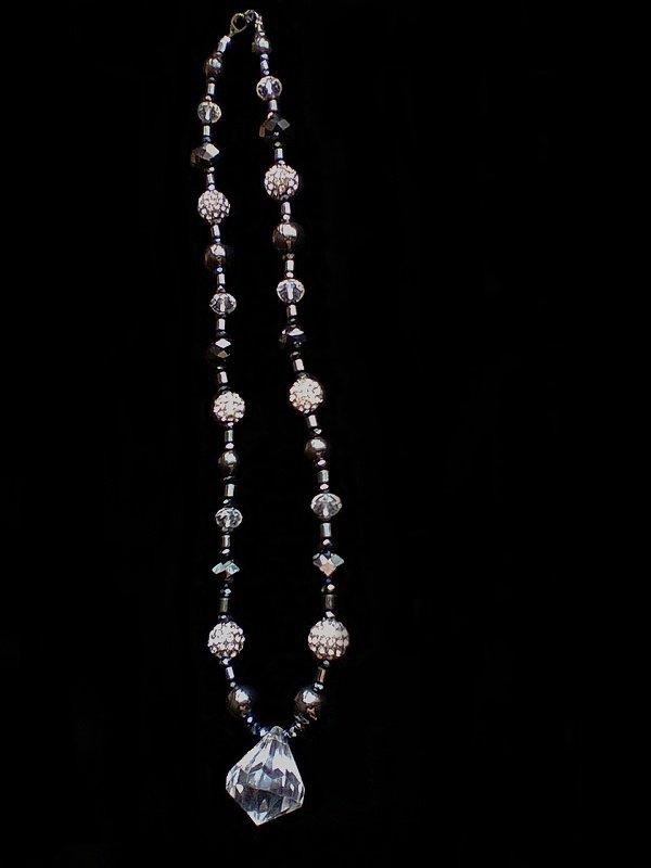 Collier fait avec des hématites et perles strass de couleur noir, transparent et argenté