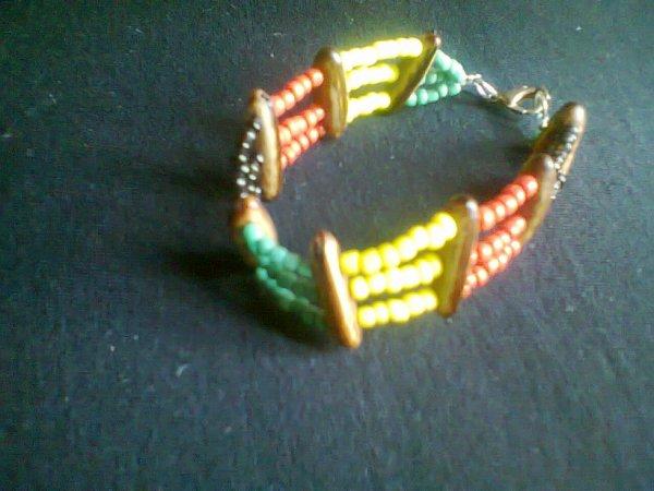 bracelet en graines naturelles des Antilles (graines de flamboyant et perles de rocaille) création artisanale