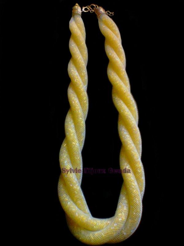 Collier doublé fait avec de la résille et des petites perles jaunes