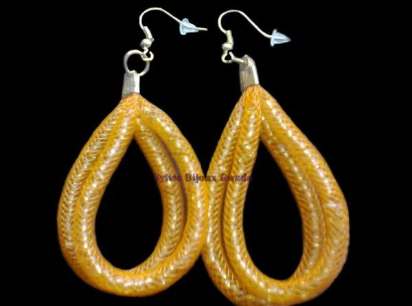 Boucles d'oreilles fait avec de la résille et des petites perles rondes orangées