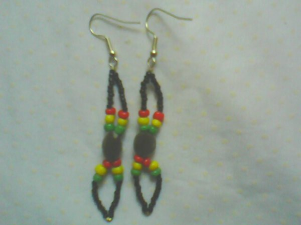 Boucles d'oreilles couleur rasta mélangé a des graines naturelles de zanzibar