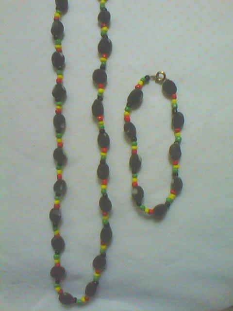 Parure graines de zanzibar veloutées et perles de rocaille couleur rasta