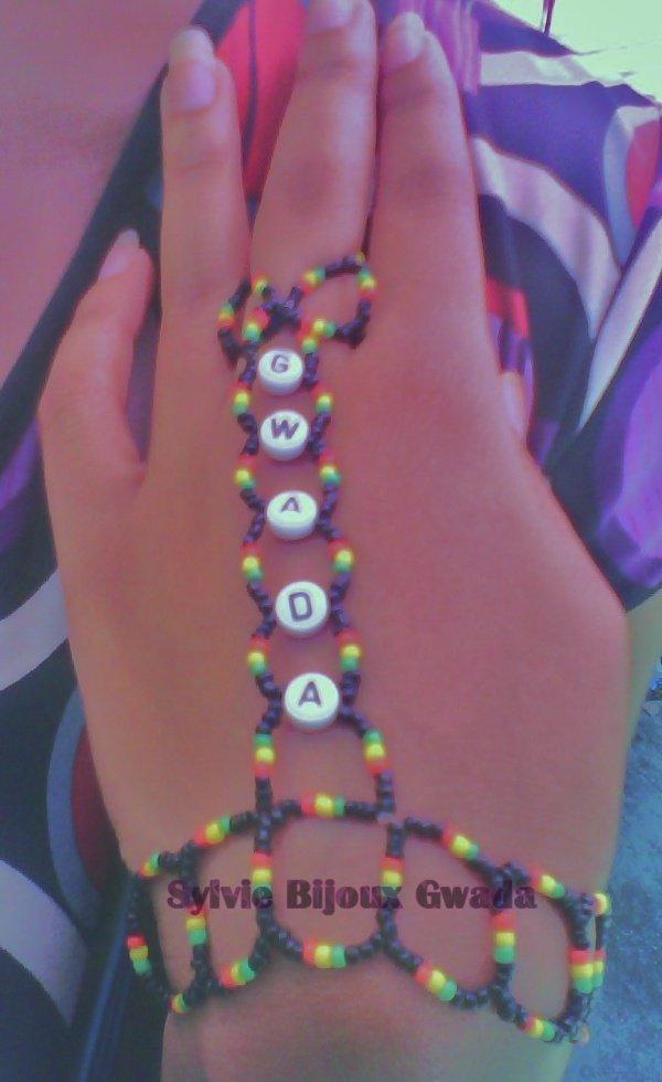 """Chaine de main personnalisée """"GWADA"""" couleur rasta et petites perles noires de rocaille"""