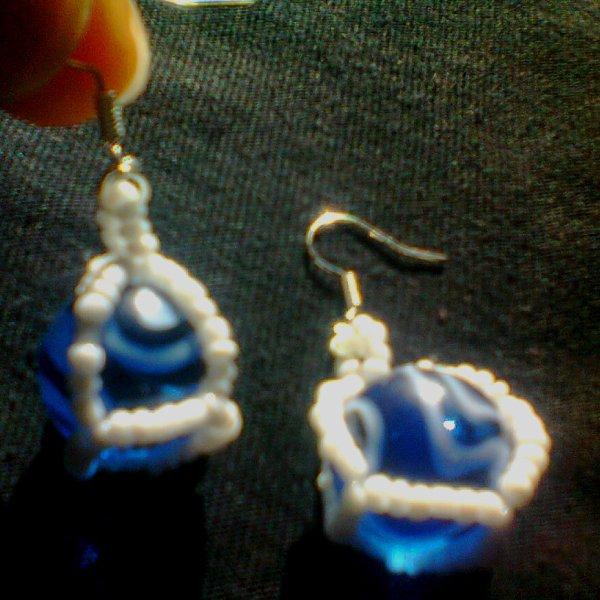 Boucles d'oreilles  avec une perle en verre bleue et blanche