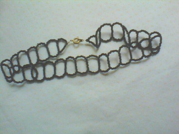 un ras de cou noir fait en perles de rocailles