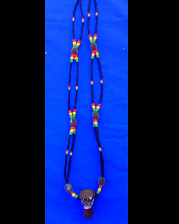 collier fait avec des graines naturelles et un djembé en pendentifs