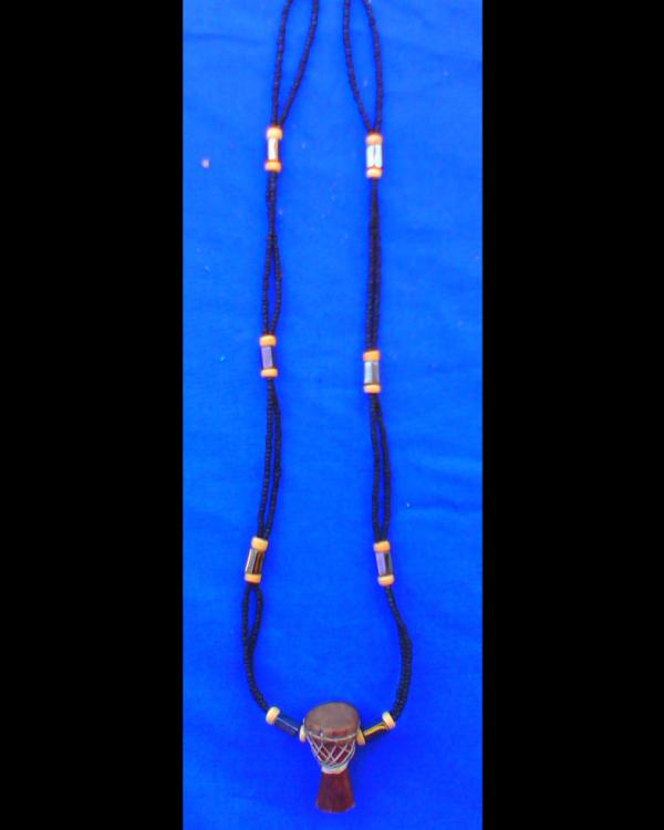 collier fait avec des hématites et un pendentif djembé en bois