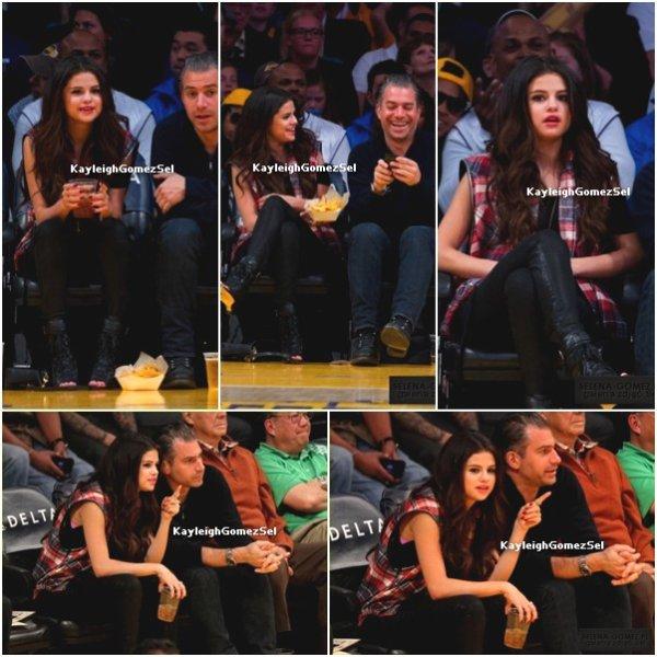 17/03/13 : Selena Gomez a assisté à un match des Lakers avec un ami à Los Angeles.