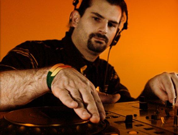 mes mix et remix :  http://soundcloud.com/Dj-halan/