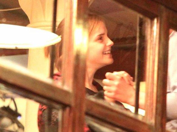 . ● Candid .20.02.12: Emma a été vue en train de danser avec des amis au café Pacifico. |Covent Garden-Londres| .