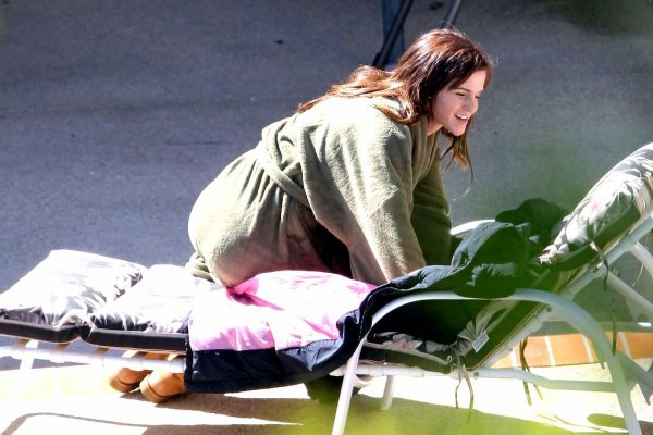 """. ● Emma a été vue sur le plateau de""""The Bling Ring"""" prenant du bon temps au soleil. ."""