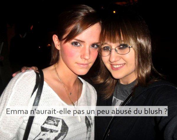 . ● 7/04/12 Candid: La même après-midi Emma a de nouveau été vue avec Sophie Sumner cette fois-ci au Chateau de Marmont. | On peut voir qu'Emma a changé de haut. Préfériez-vous l'autre ? .
