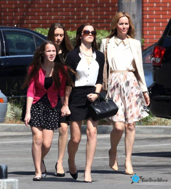 """. ● 9/04/12 Emma a été vue accompagnée de Sophie Sumner sur le plateau de""""the Bling Ring"""".."""