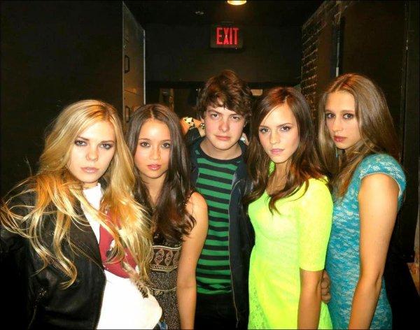 """. ● Une nouvelle photo pour """"TBR"""" où l'on peut voir Emma et ses amis voleurs est apparue.."""