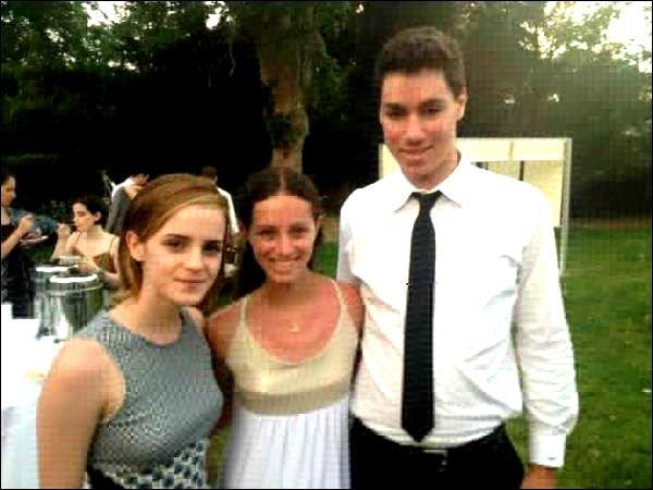 .  30/06/12 ➜ Emma était avec Will, son petit ami au mariage de la cousine de ce dernier dans les Hamptons aux USA. Emma portait une très belle robe signée Stella McCartney. .