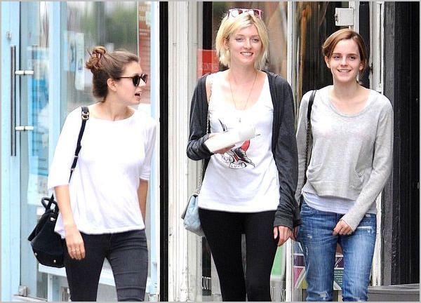 . 24/08/12 ➜ Emma a été vue de retour à Londres d'abord avec ses amies Sophie & Amy puis avec Will, son petit ami et Darcy, le chien de Sophie. .