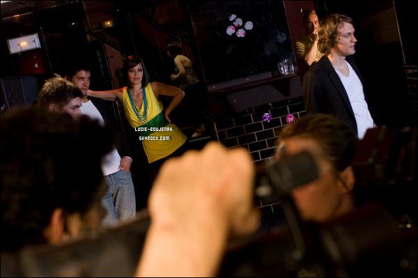 .Lucie sur le tournage du film « Lost In  My Mind »   où elle tient le premier rôle féminin . Je trouve que sa coiffure « carré droit » lui va très  bien mais c'est surtout que sa change de ces longs cheveux. .  .