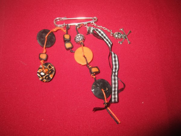 Broche noir et orange