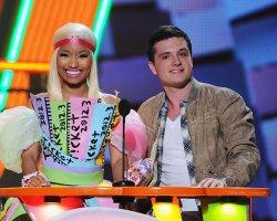 """Josh a remis le prix de """"Funniest TV Sidekick"""" aux côtés de Nikki Minaj."""