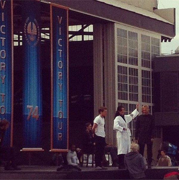 """Josh, Jennifer et Woody sur le plateau de """"Catching Fire""""."""
