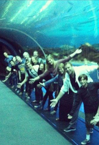 """Photo de Josh, Francis Lawrence et l'équipe de """"Catching Fire"""" au Georgia Aquarium (10-10-12)."""