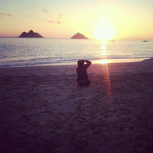 Josh sur une plage à Hawaï.