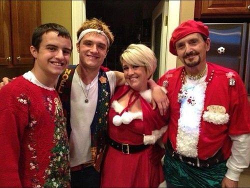 Josh fête Noël en famille.