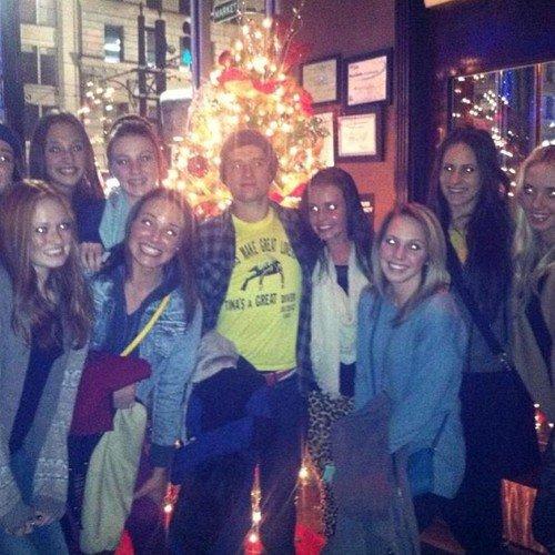 Nouvelle photo de Josh avec des fans dans un Melting Pot à Lexington (27-12-12).