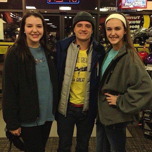 ... et encore une nouvelle photo de Josh avec des fans datant du 27-12-12.