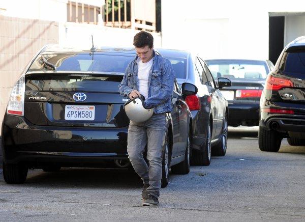 Josh quittant un salon de coiffure à Los Angeles (08-01-13) part 1.