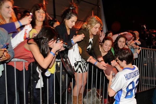 "Josh au "" 7th Annual Celebrity Beach Bowl"" (Nouvelle Orléans 02-02-13)."